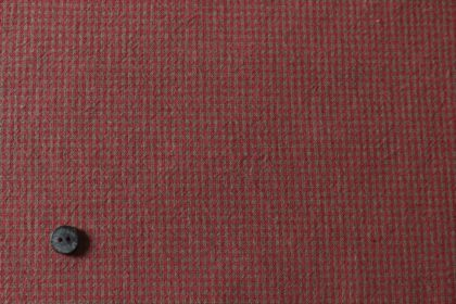 暗い赤のギンガムチェックの布